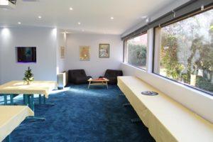 salle de réunion confortable avec un espace détente